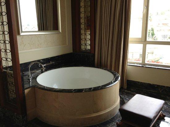 The Interlaken OCT Hotel: window-side soaking tub