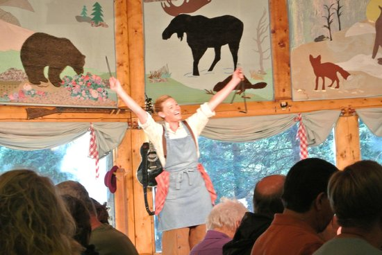 Music of Denali Dinner Theater : Öwner opening the show