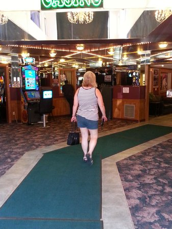 Deadwood Gulch Gaming Resort: walking into front doors to lobby