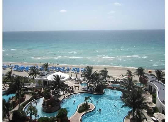 Trump International Beach Resort: View from Pool