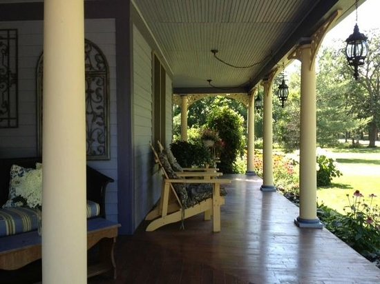 The Miller's Daughter Bed and Breakfast : The front porch is gorgeous!  We enjoyed sitting outside and taking it all in.