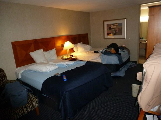 Ramada Harrisonburg: Double room with too much furniture