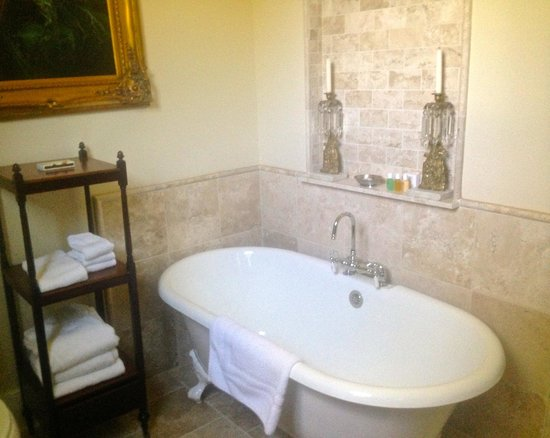 The Inn at Mount Vernon Farm: amazing soaking tub, rapidly-filling, w candles