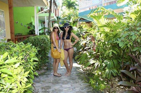 Cocoplum Beach Hotel: Corridor infront of room