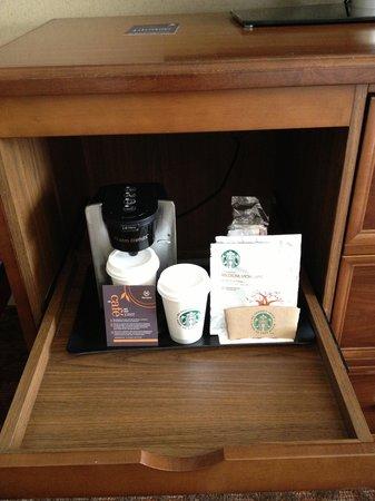 Le Centre Sheraton Montreal Hotel: starbucks coffee