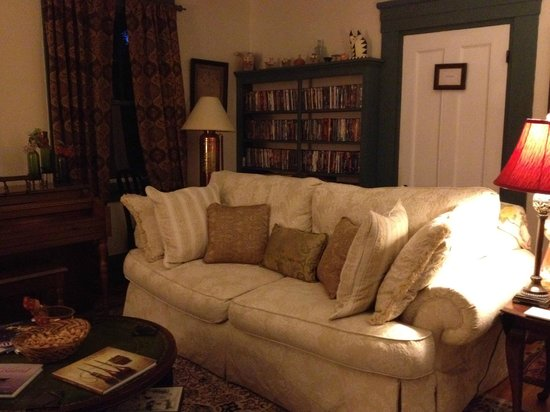 The Tipsy Butler Bed and Breakfast: Tipsy Butler Living room