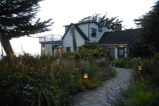Agate Cove Inn Hotel: The main building at sunset