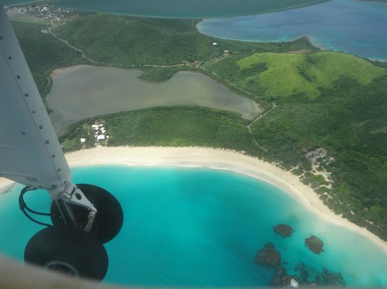 Culebra Beach Villas: aerial view of hotel and beach