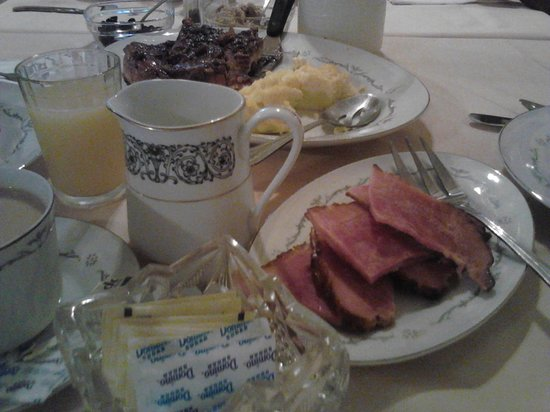 Elizabeth City Bed and Breakfast: Fluffy eggs, ham, french toast and coffee, YUM