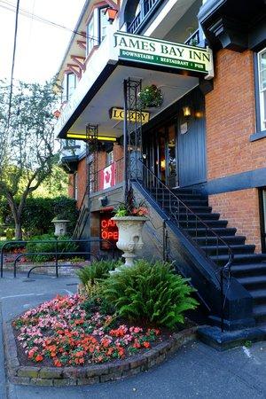 James Bay Inn Hotel, Suites & Cottage : Entrance, James Bay Inn
