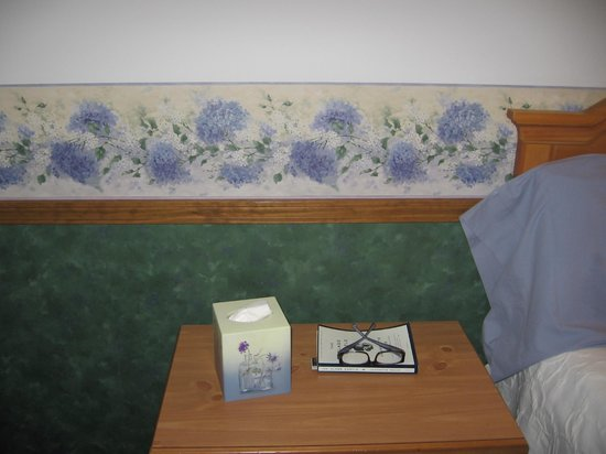 Main Street Motel: Matching border, tissue box and pillow case