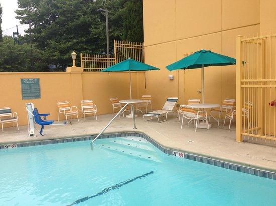 La Quinta Inn & Suites Seattle Bellevue / Kirkland : Pool
