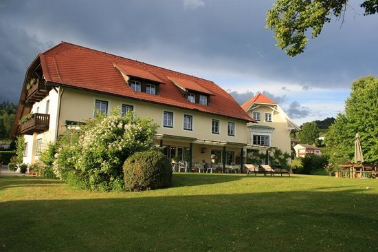 Apparthaus Strussnig: Hotel seen from the front lawn
