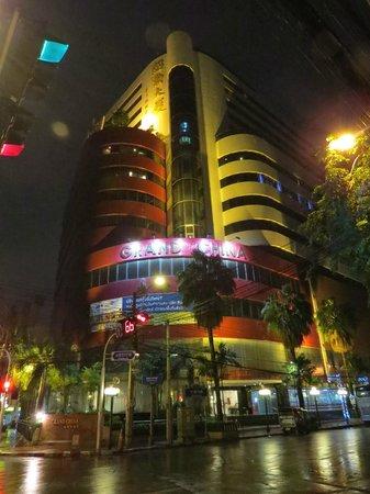 โรงแรม แกรนด์ไชน่า: street view of hotel at night