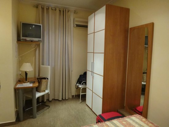 Hostal Orleans: room