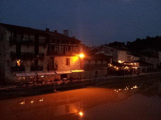 Auberge du Pont Vieux : L'auberge vue du Pont Vieux, la nuit.
