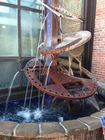 Brewster's Bar & Grill: water fountain