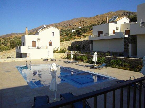 Lenikos Resort : vue sur la piscine de notre terrasse