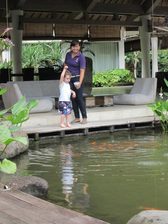Pandawas Villas: Feeding the fish with Annie
