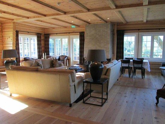 Storfjord Hotel: sitting room. fireplace burning just amazing..