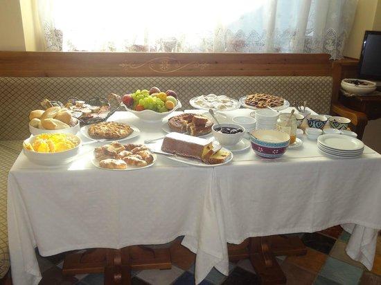 Duca degli Abruzzi: Colazione: oltre ai dolci sul nostro tavolo, una ampia selezione a disposizione