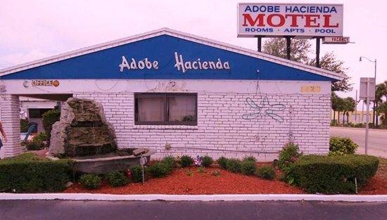 Adobe Hacienda Motel: Front of the Motel