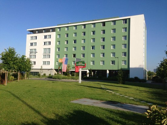 Courtyard Toulouse Airport: front view of Courtyard Marriott Toulouse