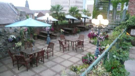 Lyndon House Hotel: Terrace garden