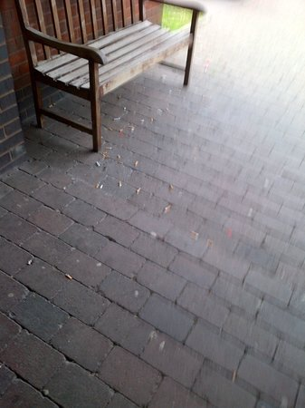 Campanile Hotel Washington: The smoking area - Evidence