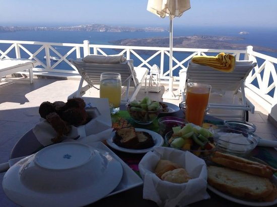 Avianto Suites : delicious breakfast with the volcano view