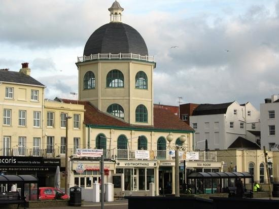 Γουόρδινγκ, UK: The Dome Cinema and Tea room opposite Worthing pier