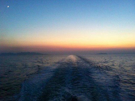 Alexandros apartments: Coucher de soleil sur le ferry du Pirée à Paros
