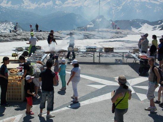 Les Villages Clubs du Soleil: Barbecue en face du Mont Blanc