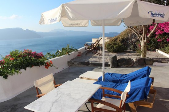 Chelidonia Villas: huge private terrace overlooking Caldera