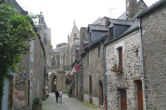 Cathedrale Saint-Samson: Vicolo che porta alla Cattedrale