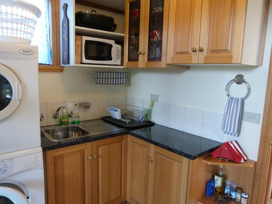 Launceston Bed and Breakfast Retreat: Kitchenette/laundry