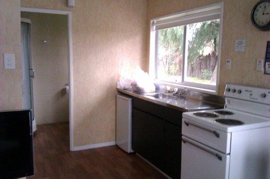 Red Rock Thermal Motel: Cocina y al fondo el baño