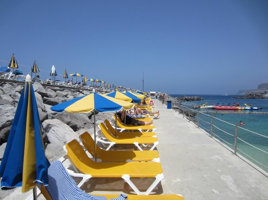 Las Villas de Amadores: Beds on breakwater at Amadores beach 20 euros for 4 beds and 2 parasols, worth it !!