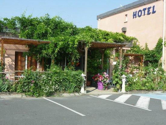 Hotel Au Sans Souci: l'entrée de l'hôtel et un tout petit morceau du parking.