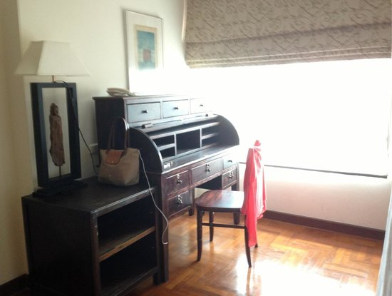 Frangipani Serviced Residences: vintage desk
