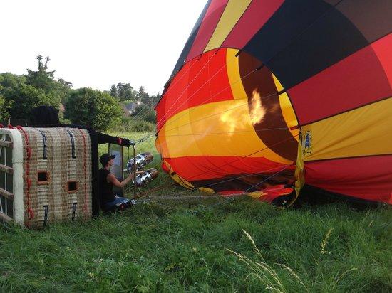 Ballon Plaisir : Caroline en train de préparer la Montgolfière avant le vol