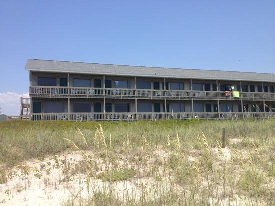 Jolly Roger Inn & Pier: View of 3 floor hotel from Beach