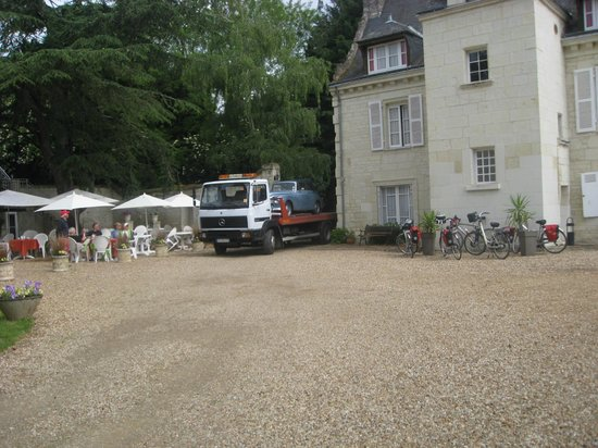 Logis Manoir de la Giraudiere: Even enough room for the breakdown lorry!