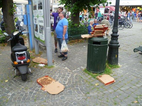 Pizza Hut: Dreck und Müll vor dem Restaurant