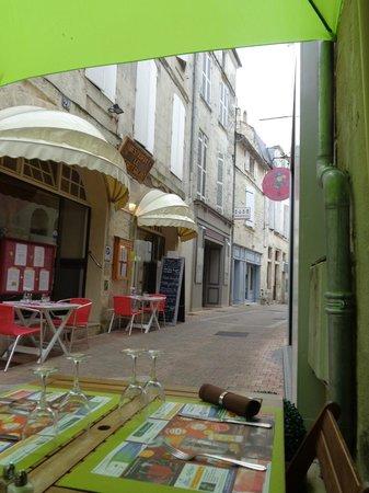 La Cave passe A Table : Vue de la rue Saint Michel devant La Cave à vins