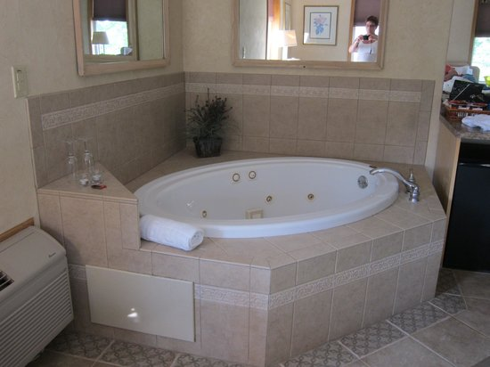 Skaneateles Suites Boutique Hotel: Whirlpool bath