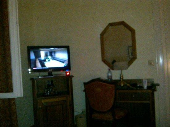 Henri Hotel Berlin: Tv - minibar