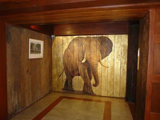 Chang Siam Inn: Decor next to elevator