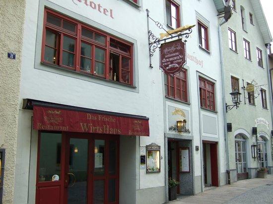 Altstadthotel Zum Hechten: Street view of hotel