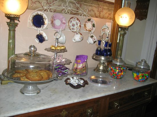 Lennox House Bed and Breakfast: The treat station, up 24/7 in the parlor.